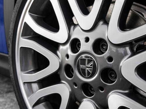 Новое поколение легенды отныне в Украине: MINI 3 двери, MINI 5 дверей, MINI Cabrio.