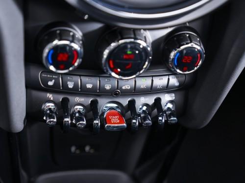 Нове покоління легенди відтепер в Україні: MINI 3 двері, MINI 5 дверей, MINI Cabrio.